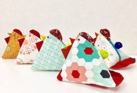 one zipper pod Rooster purse とりちゃんの ポーチ triangle purse Patchwork quilts パッチワークミシンキルト one zupper pod テトラポーチ 三角ポーチ modern quilt 酉年のポーチ中沢フェリーサJUKI Nakazawa Felisa 片側ファスナー